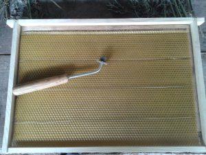 Навощування рамок вощиною за допомогою катка